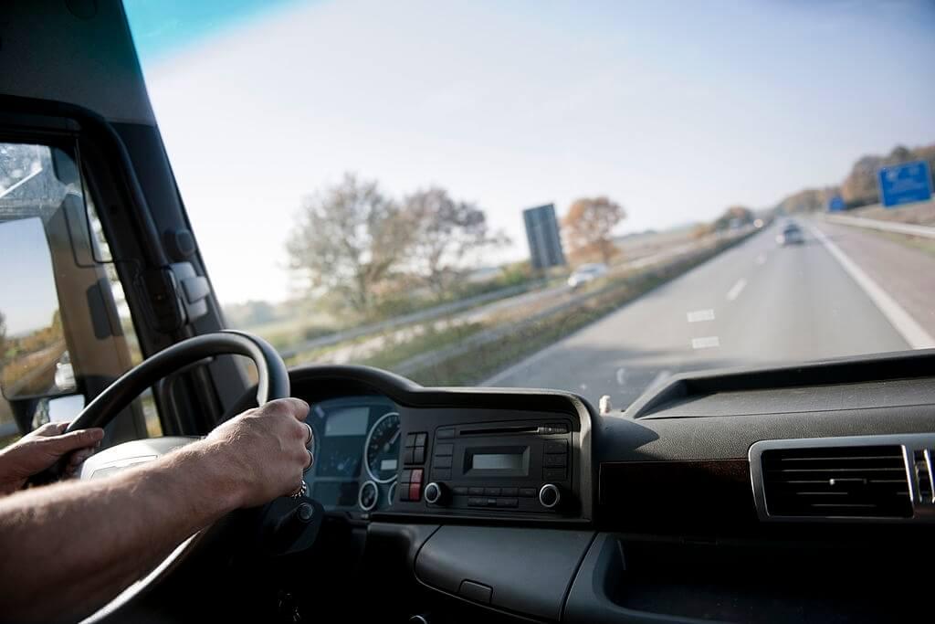 Chauffeur d'un camion de 30m3 qui conduit