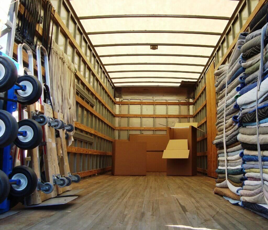 Intérieur d'un camion de déménagement et ses équipements